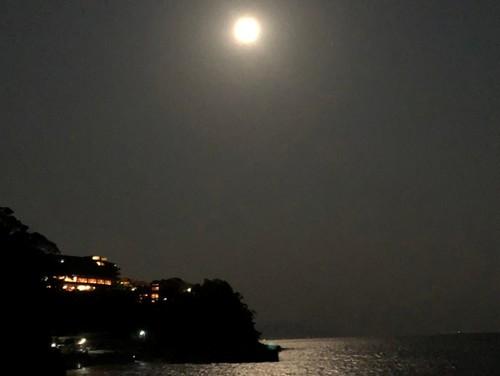 伊東赤沢海岸から見る満月